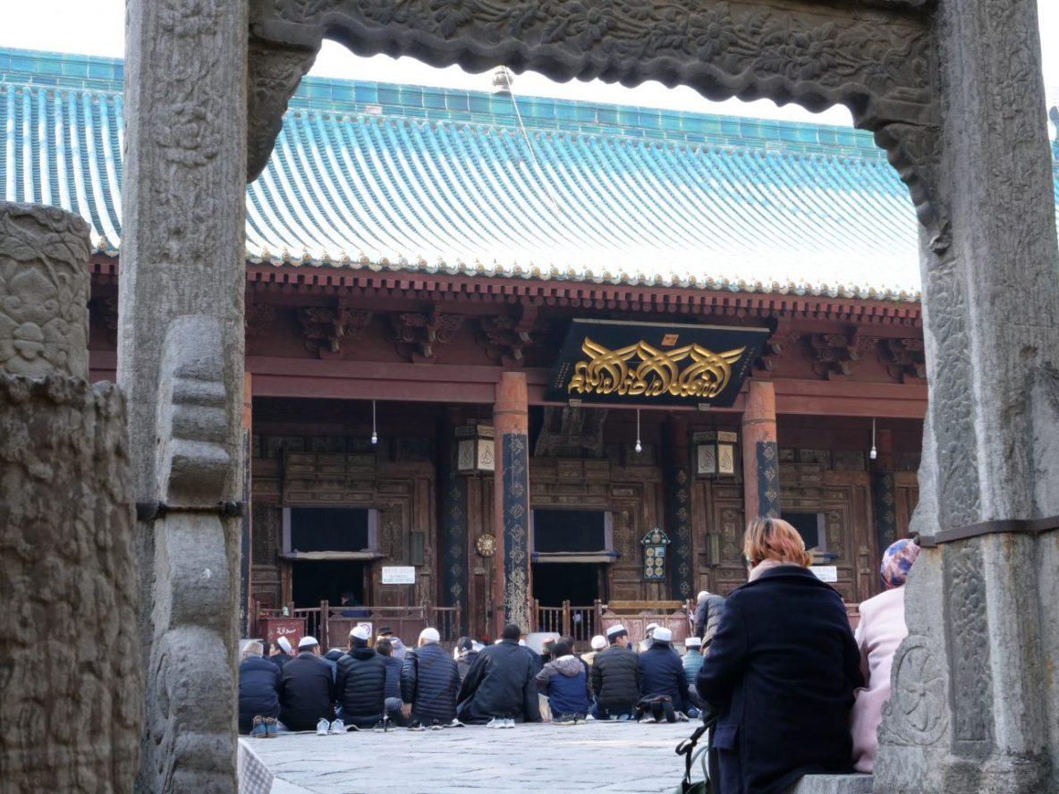 Quelques croyants réunis à la grande mosquée de Xi'an