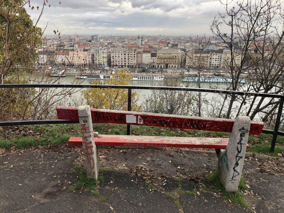 Un banc un peu défoncé face à Budapest