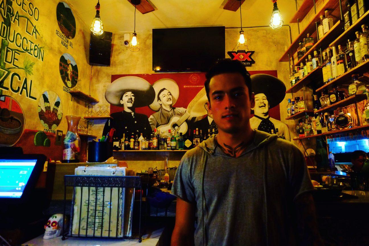 Un barman à Tulum avant la fermeture de son bar