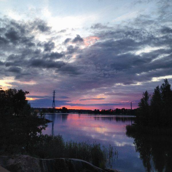 Un coucher de soleil entre les îles d'Helsinki