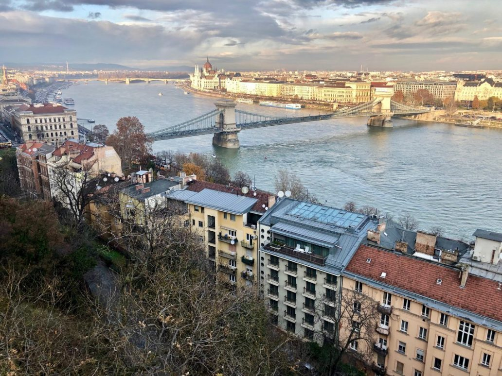 Un panorama sur Budapest, le pont des chaînes et le Danube. Yann Vernerie