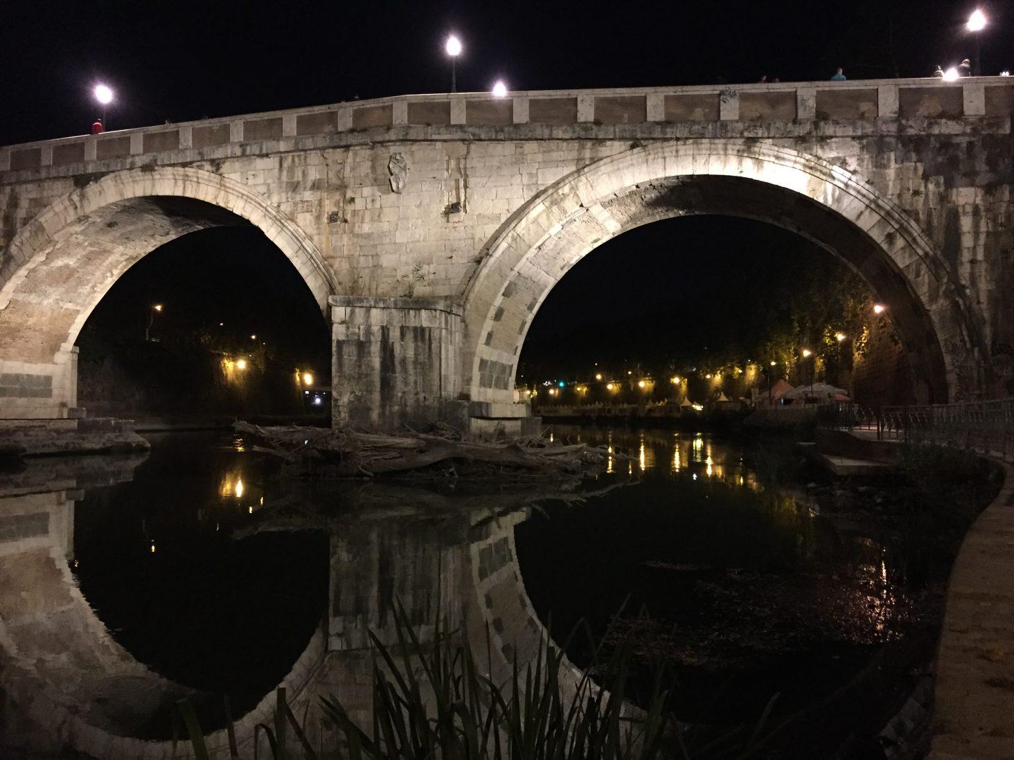 Un pont dans la nuit romaine