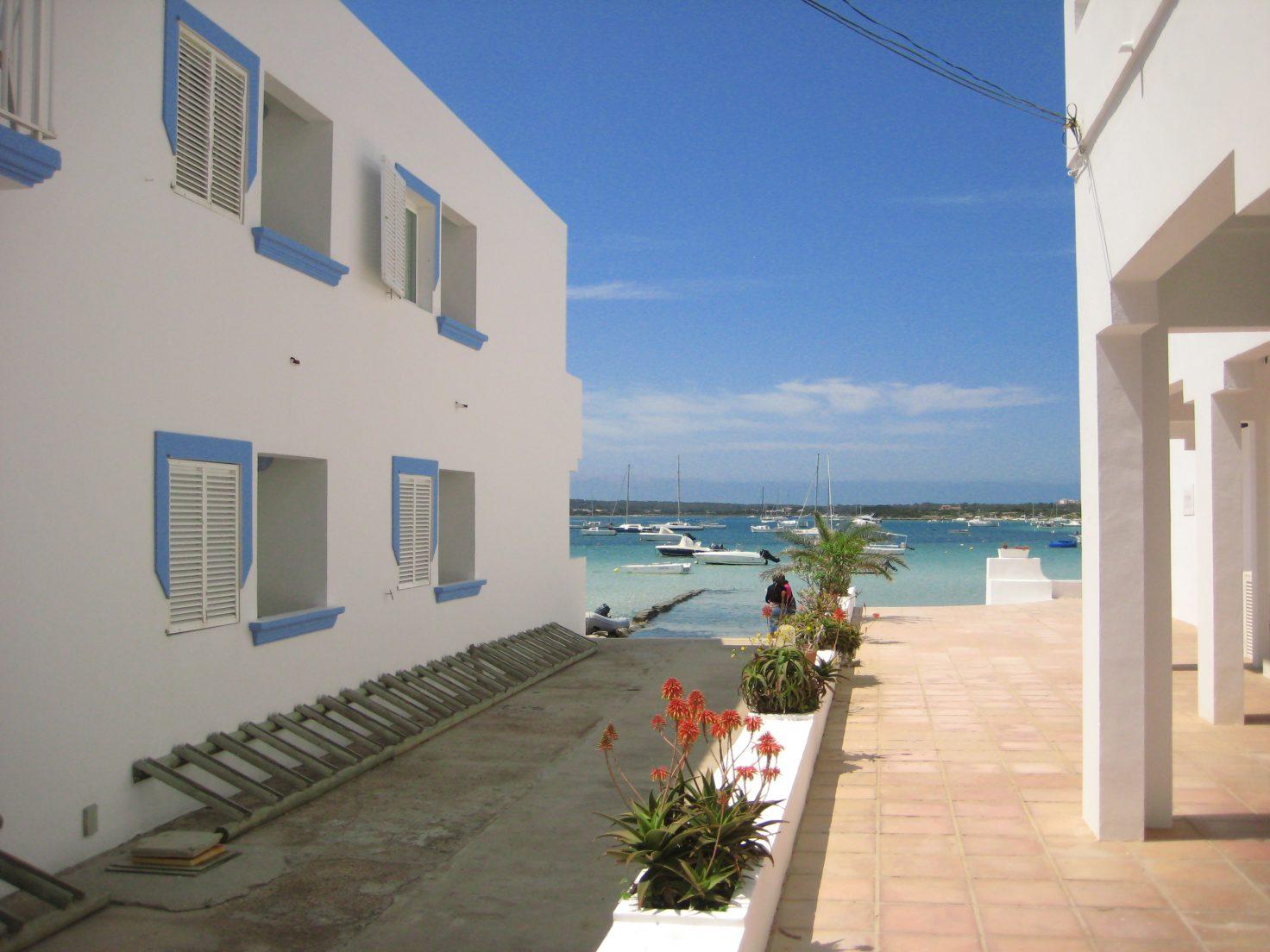Une petite ruelle donnant sur une petite lagune à Formentera