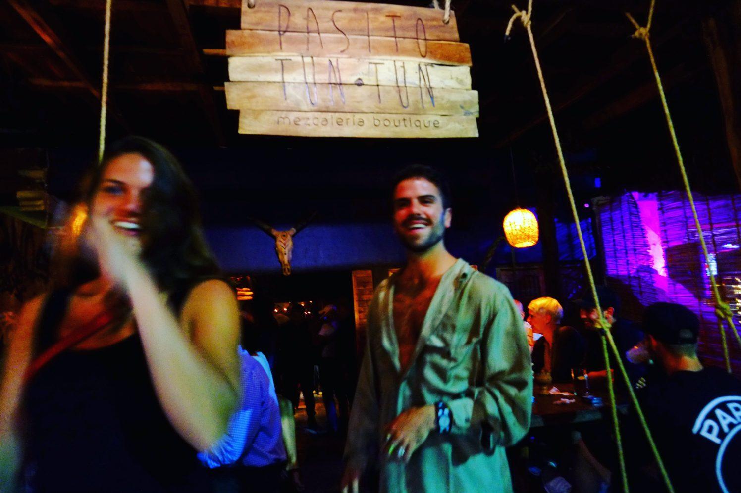 Une sortie de bar joyeuse et mouvementée à Tulum