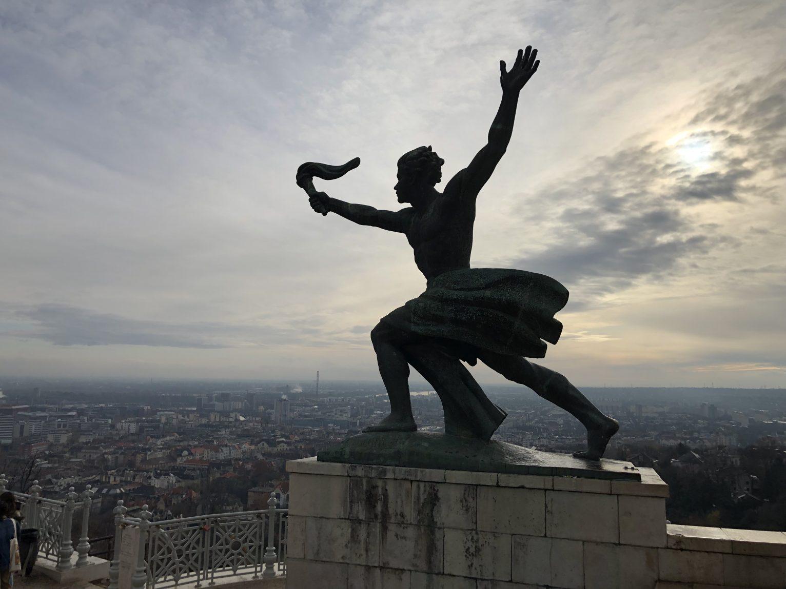Une statue tout en haut du Mont Gellért