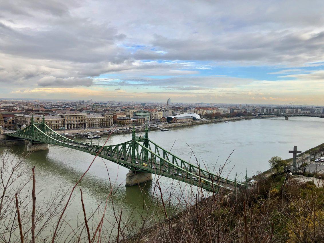 Une vue depuis Gellért sur le splendide pont de la Liberté de Budapest