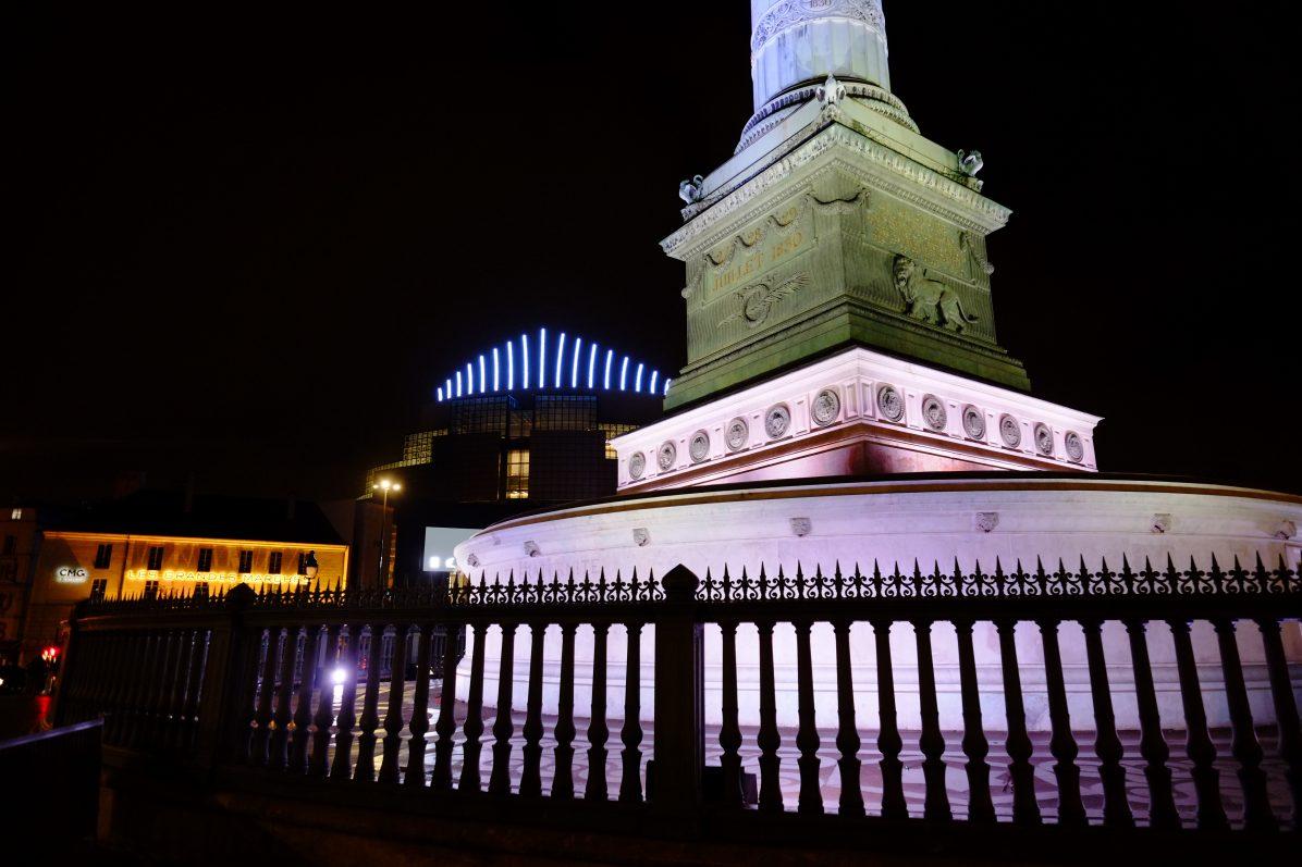Au pied de la colonne de juillet au centre de la place de la Bastille