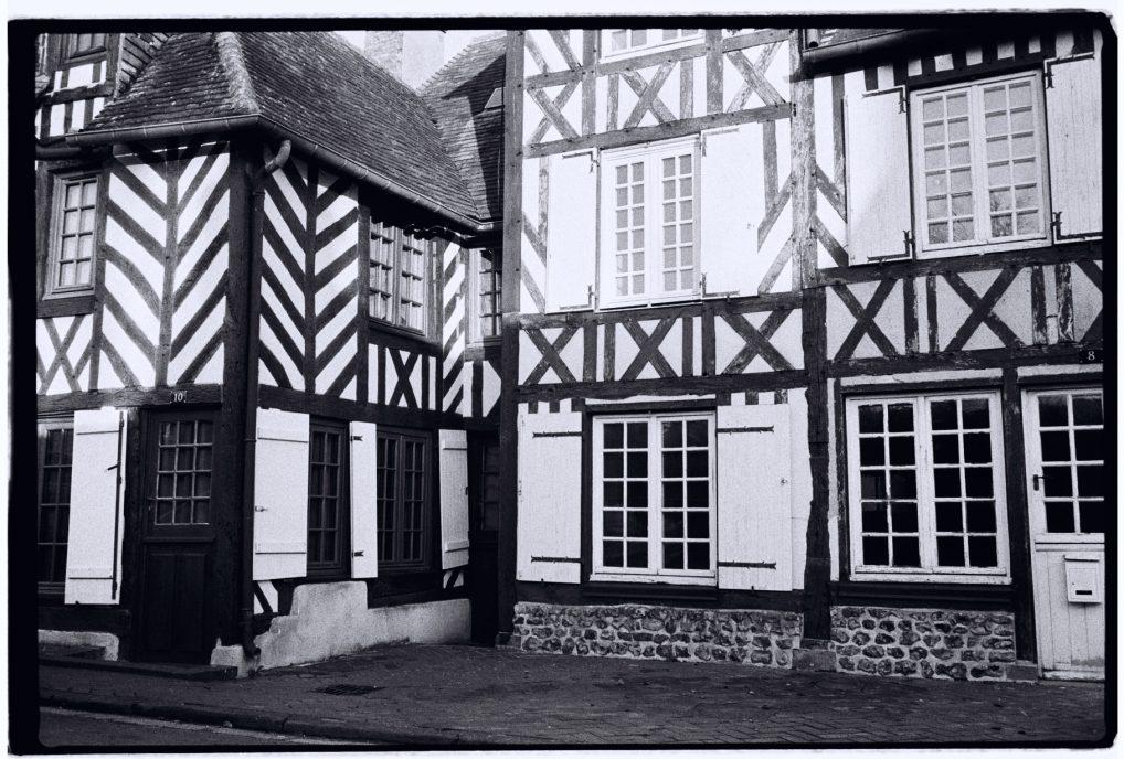 Des maisons à colombages dans le petit village de Beuvron en Auge