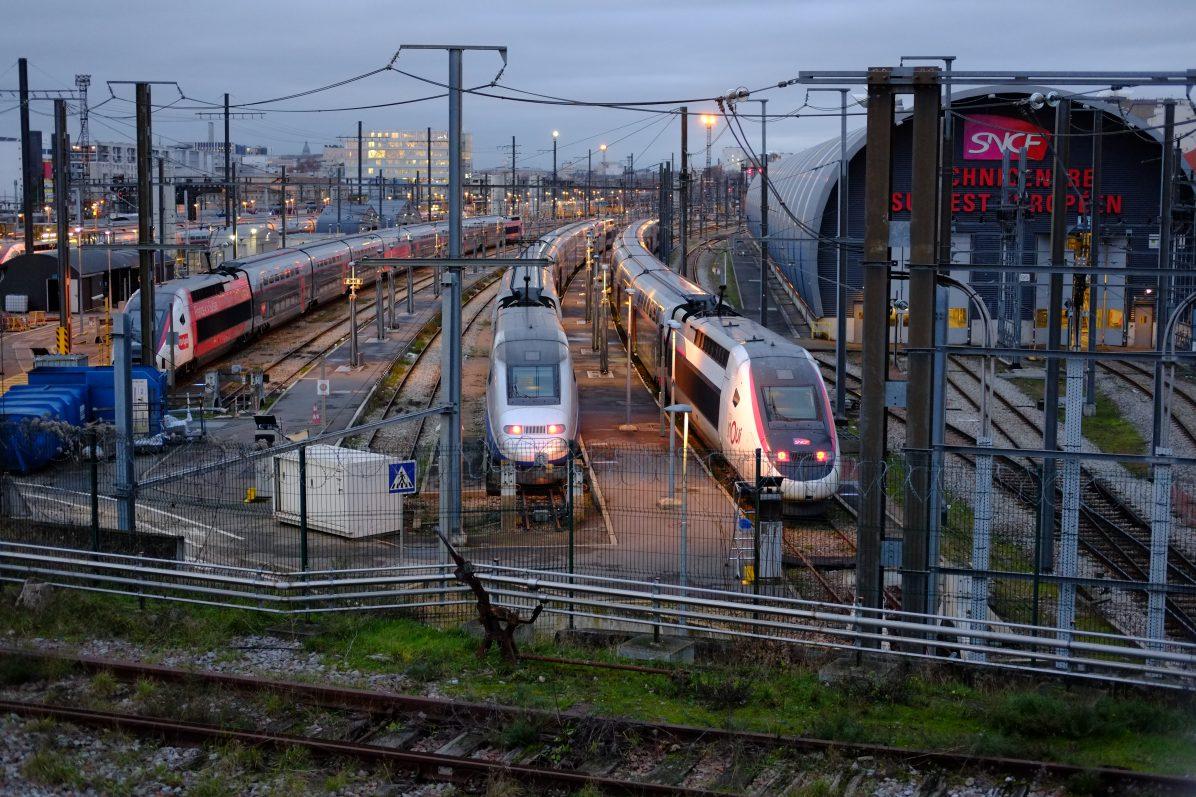 Des trains à l'arrêt dans un centre technique parisien