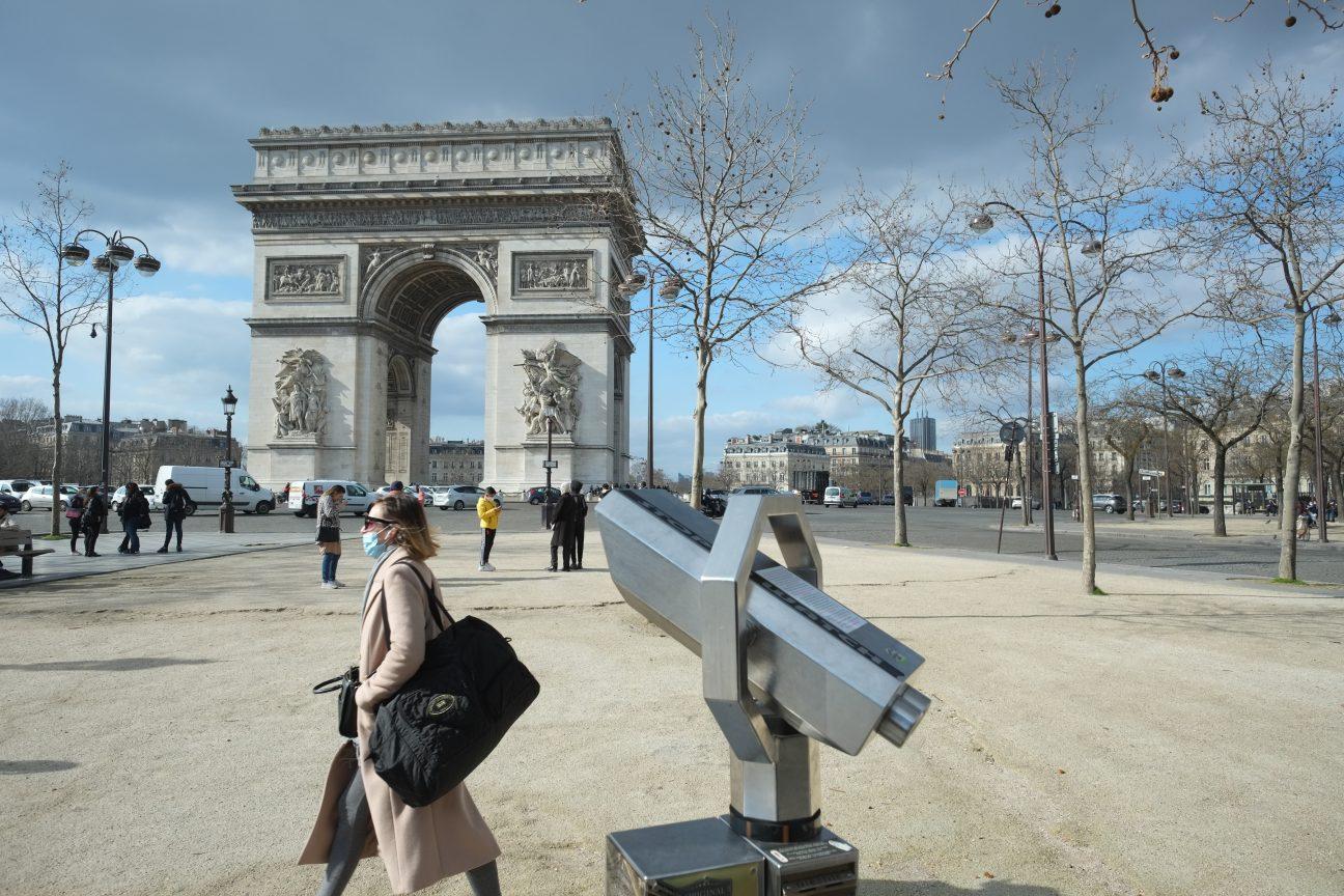 L'Arc de Triomphe à la jonction de 3 arrondissements parisiens