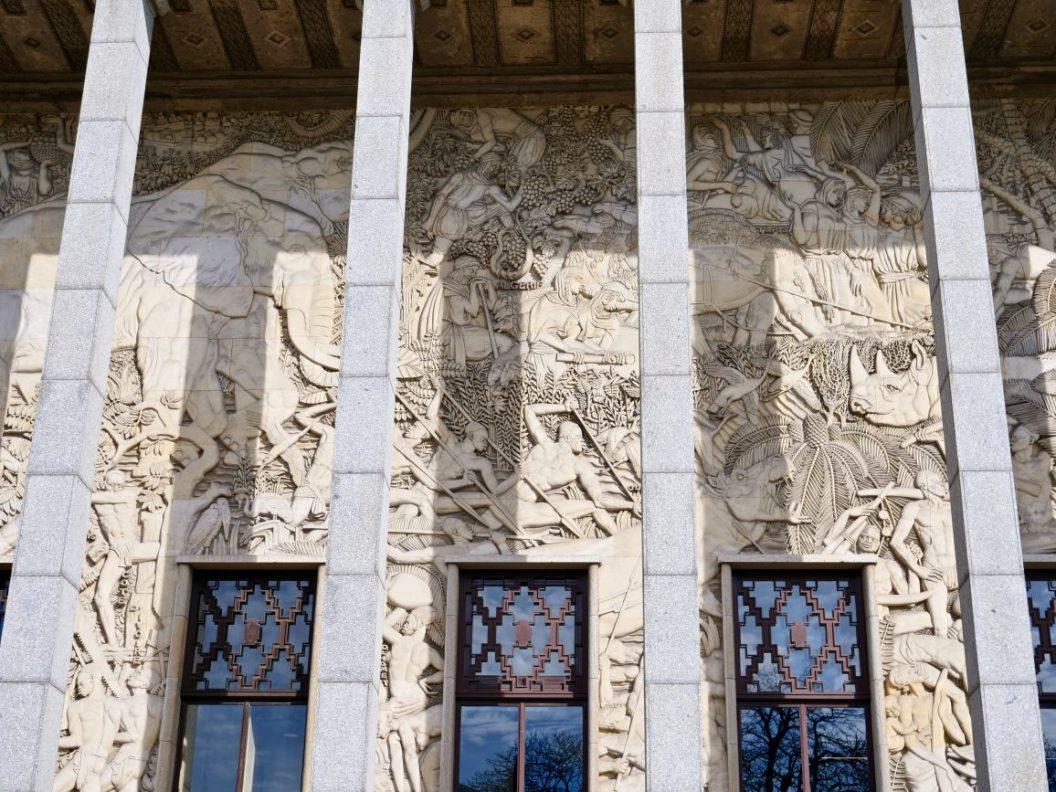 La façade du Palais de la Porte Dorée dans le douzième arrondissement de Paris