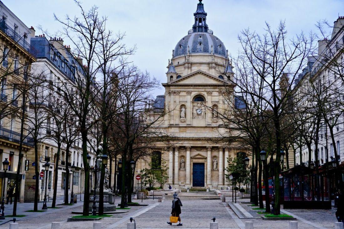 La place de la Sorbonne et son entrée principale
