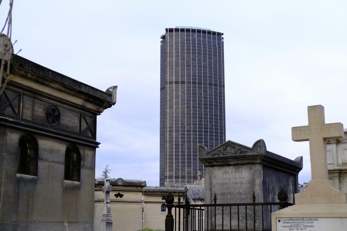 La vue sur la tour Montparnasse depuis le cimEtière éponyme