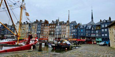 Le petit port de la ville d'Honfleur dans le Calvados