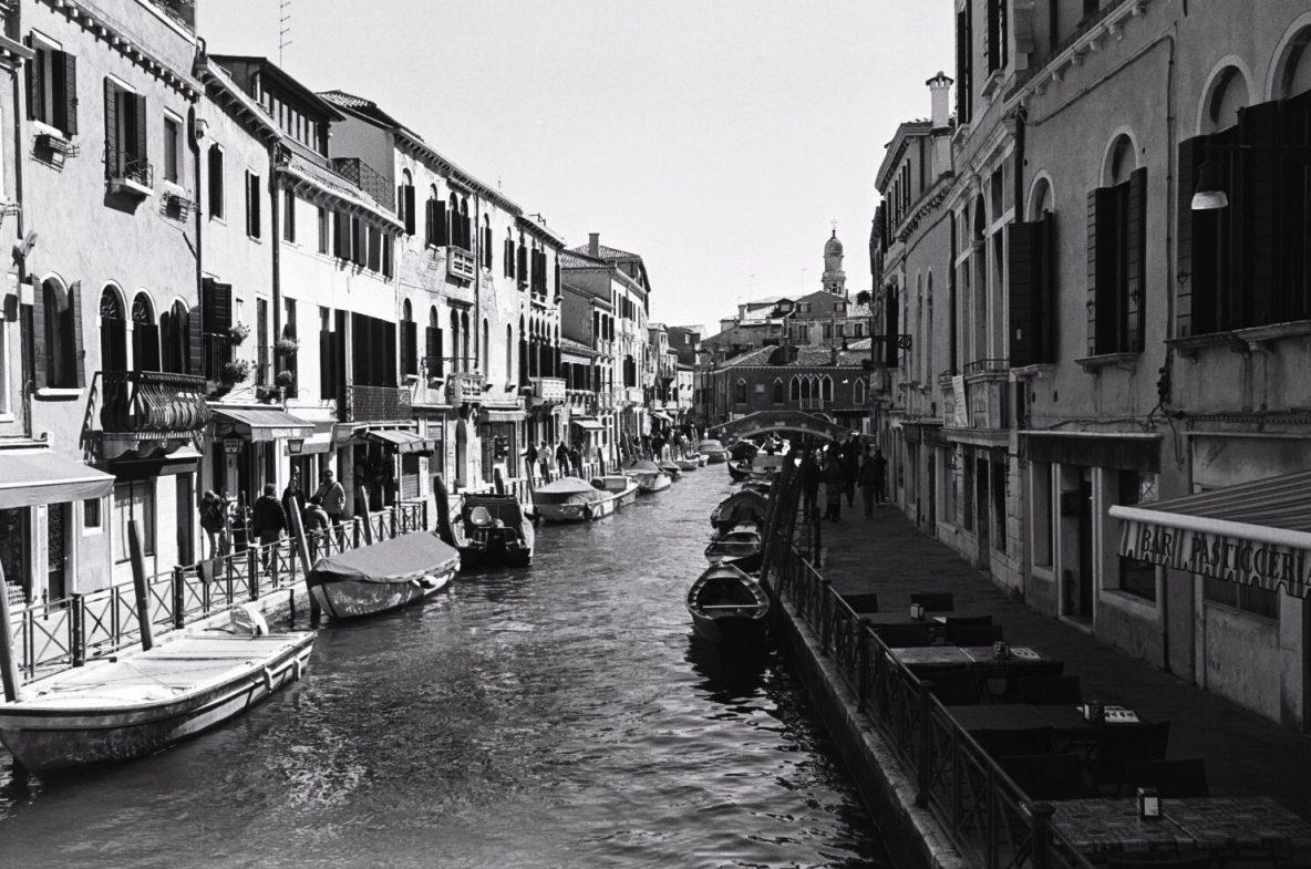 Les dédales de canaux à Venise hors des quartiers touristiques