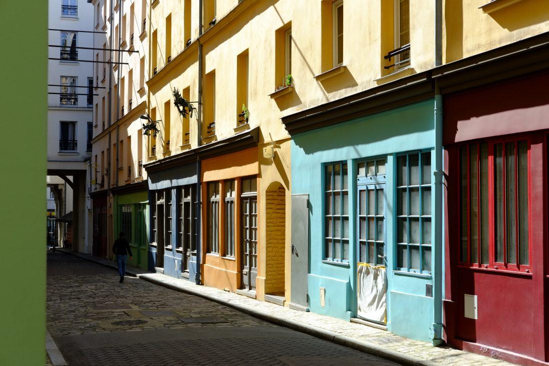 Les petites façades colorées de la cour d'Alsace-Lorraine