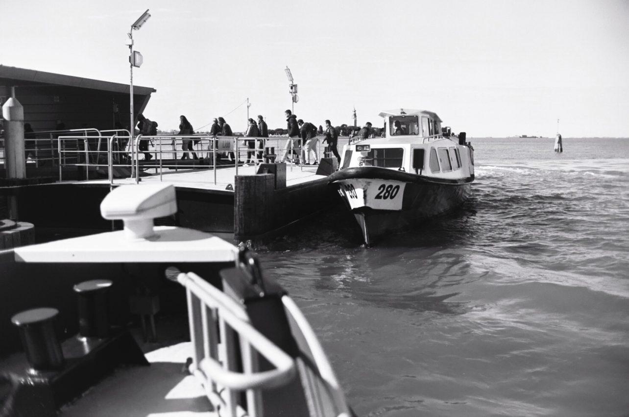 Les quais, les bateaux, les embarquements et débarquements successifs rappellent que l'on vit sur la mer