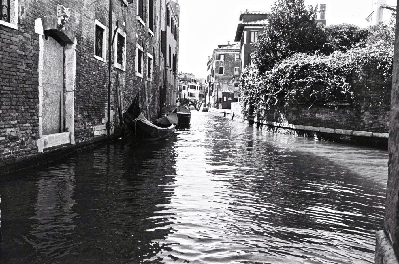 L'un des petits canaux de Venise