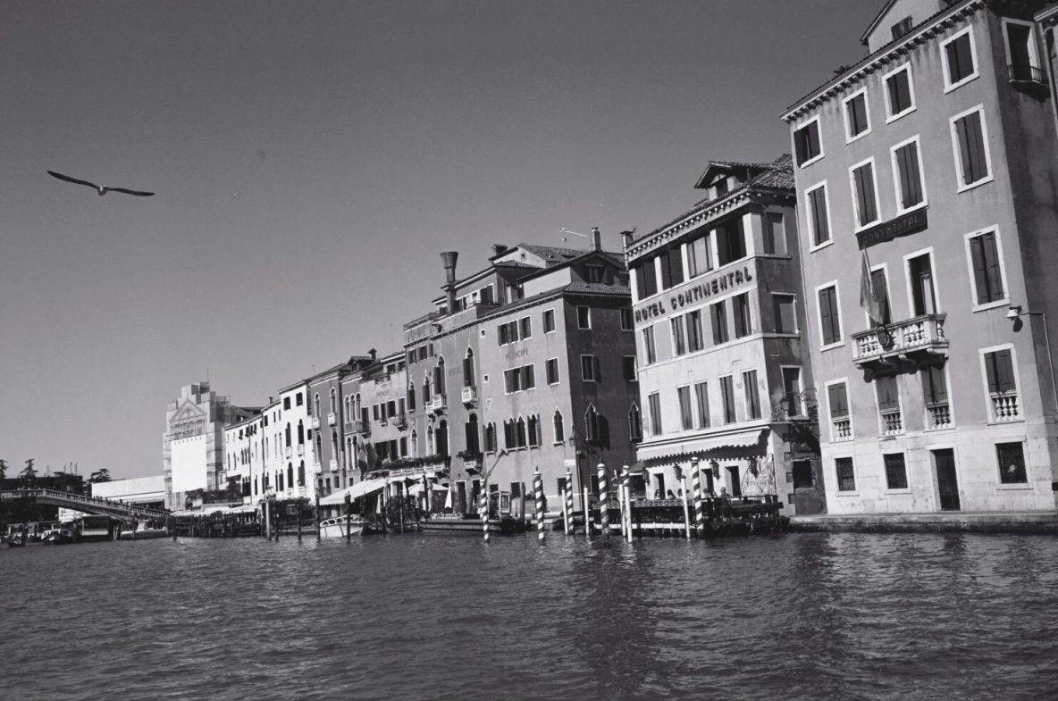 Sous le soleil de Venise le long des façades du Grand Canal