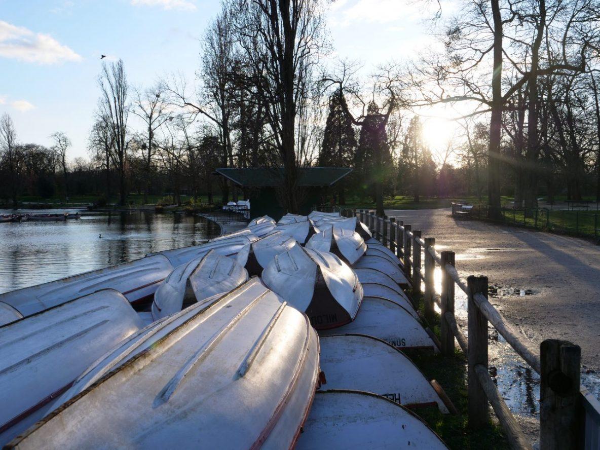 Sur le bord du lac Daumesnil en hiver