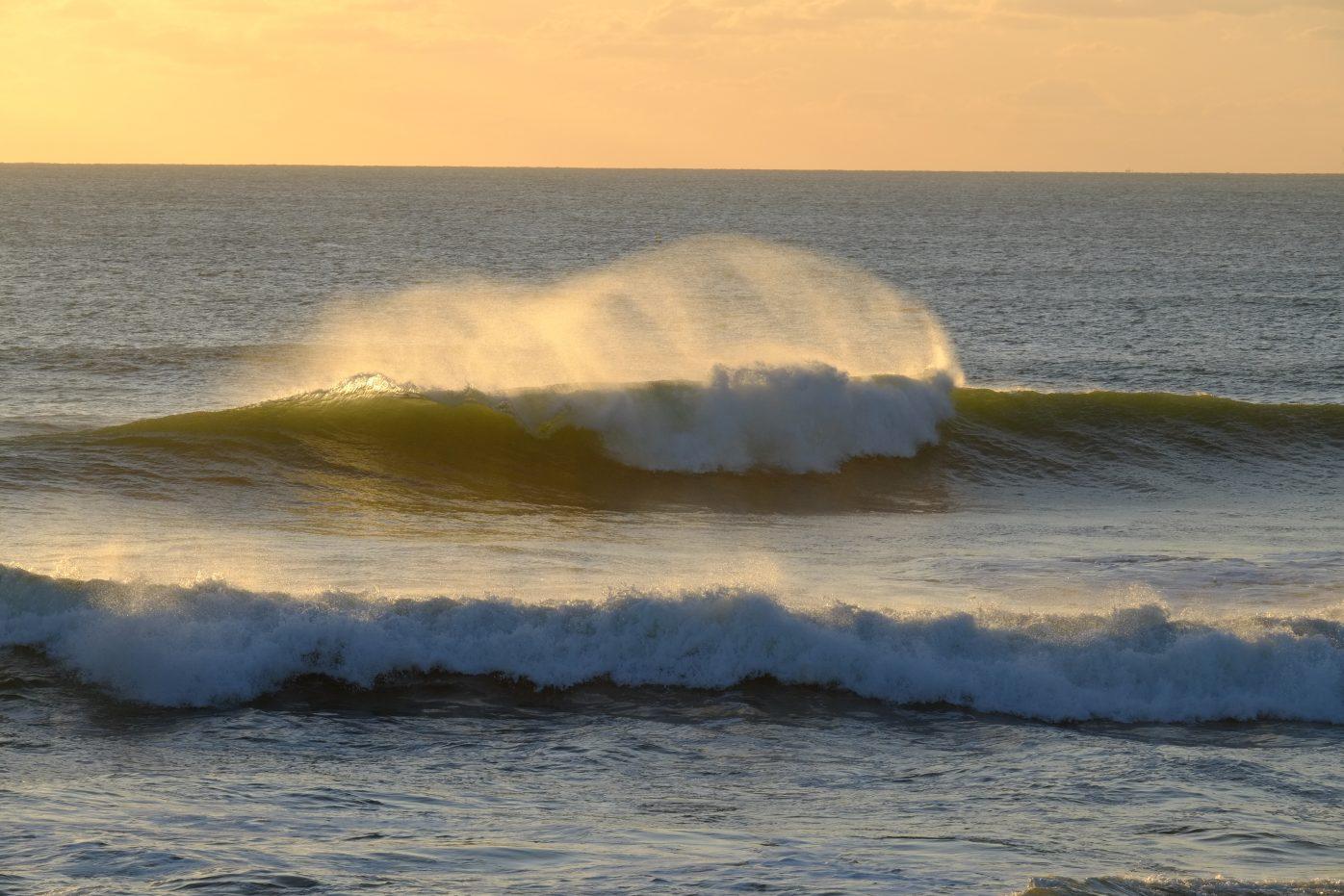 Un coucher de soleil et une superbe vague sur le spot de la Govelle