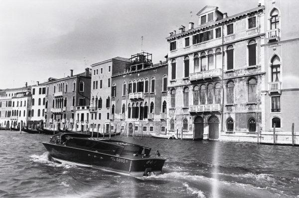 Un joli bateau en bois sur le grand canal de Venise