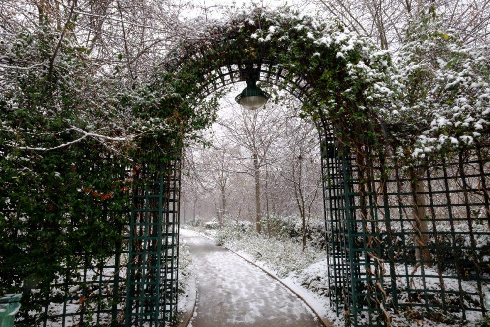 Une petite arche végétale et la promenade de la coulée verte sous la neige