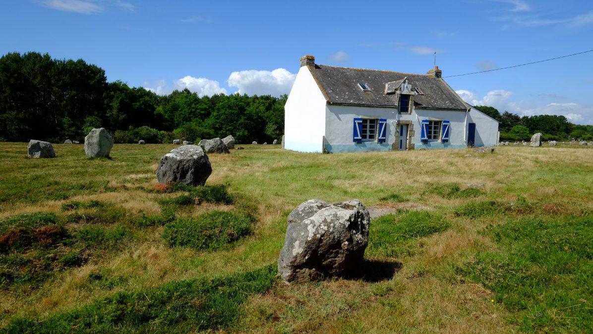 Une petite maison sur les alignements de Carnac