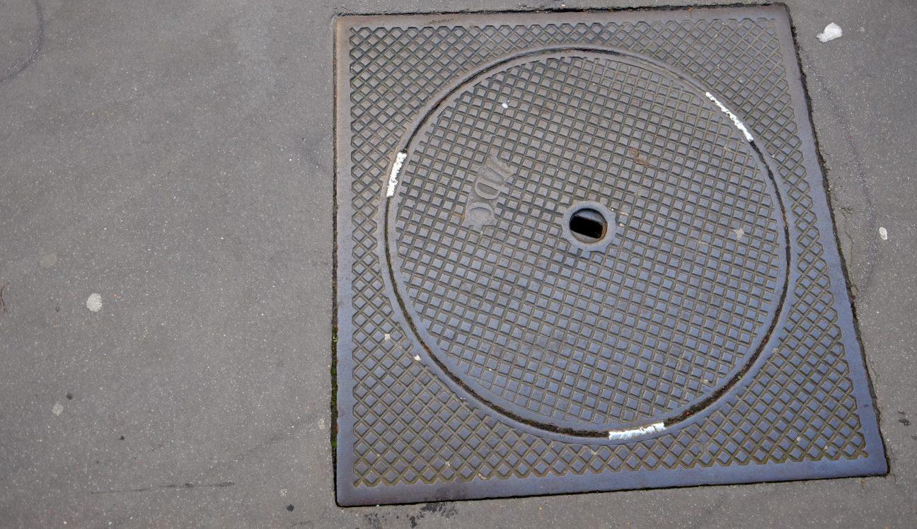 Une plaque égout dans le 14 ème arrondissement de Paris