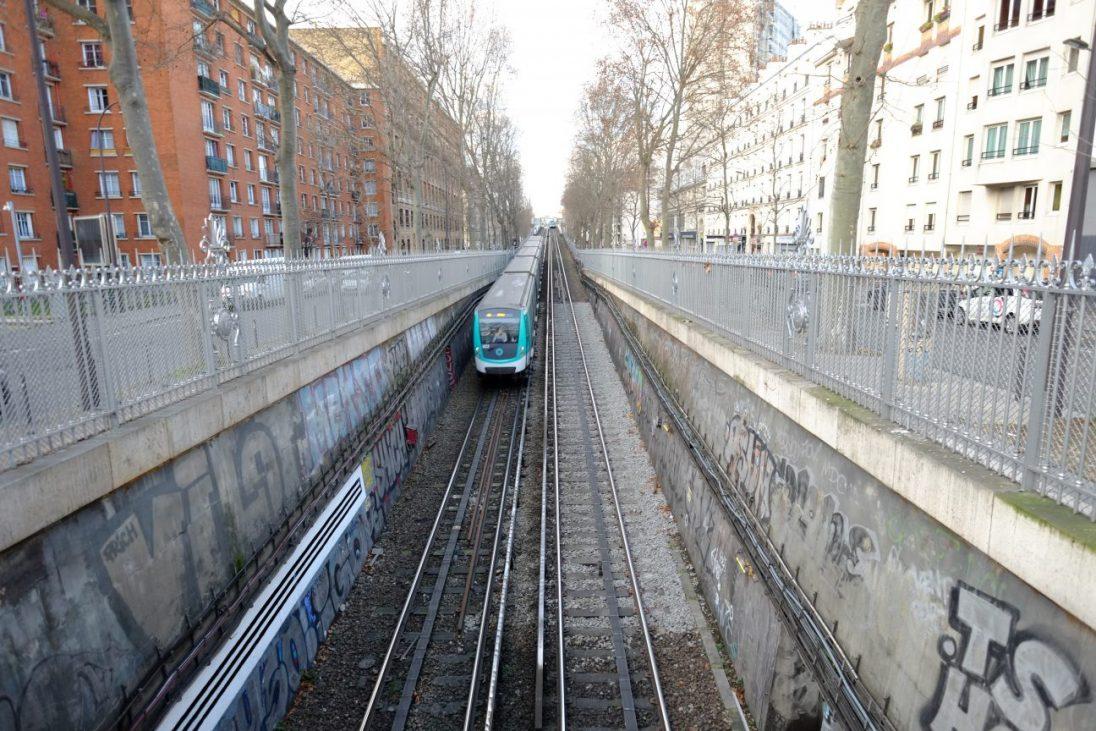 Une vue en contre plongée sur la ligne 2 du métro depuis la place du colonel Fabien