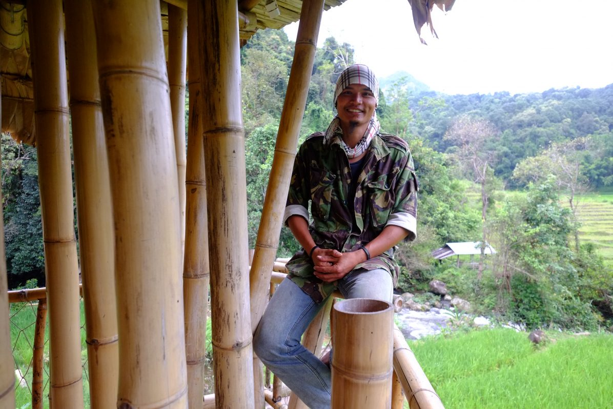 Ce jeune thaïlandais s'est lancé dans une construction d'un bâtiment éco-responsable en bambou