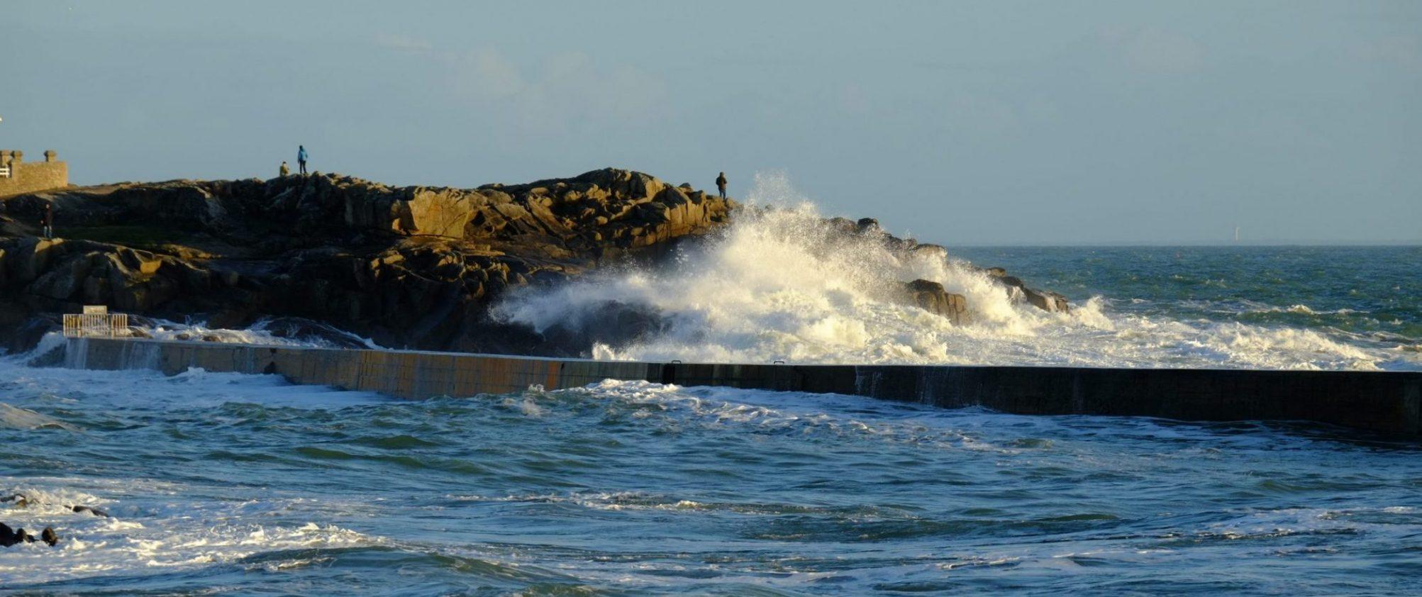 Ces promeneurs inconscients ignorent que certaines vagues peuvent les emporter en mer
