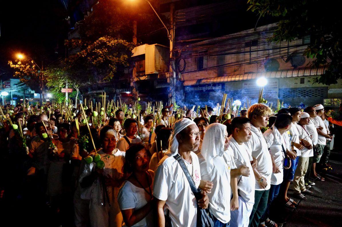 Dans les rues du quartier chinois de Bangkok le jour de la fête du dragon