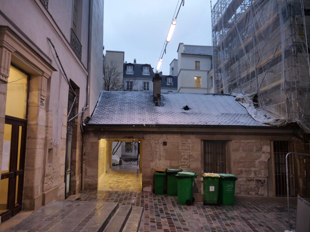 Entre rénovations et et local poubelle la visite du village Saint-Paul est assez étrange