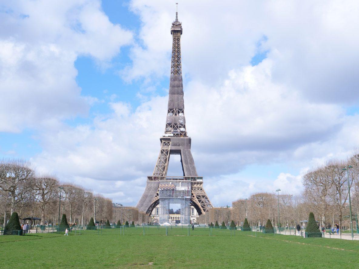 La Tour Eiffel vue depuis le champs de Mars en hiver