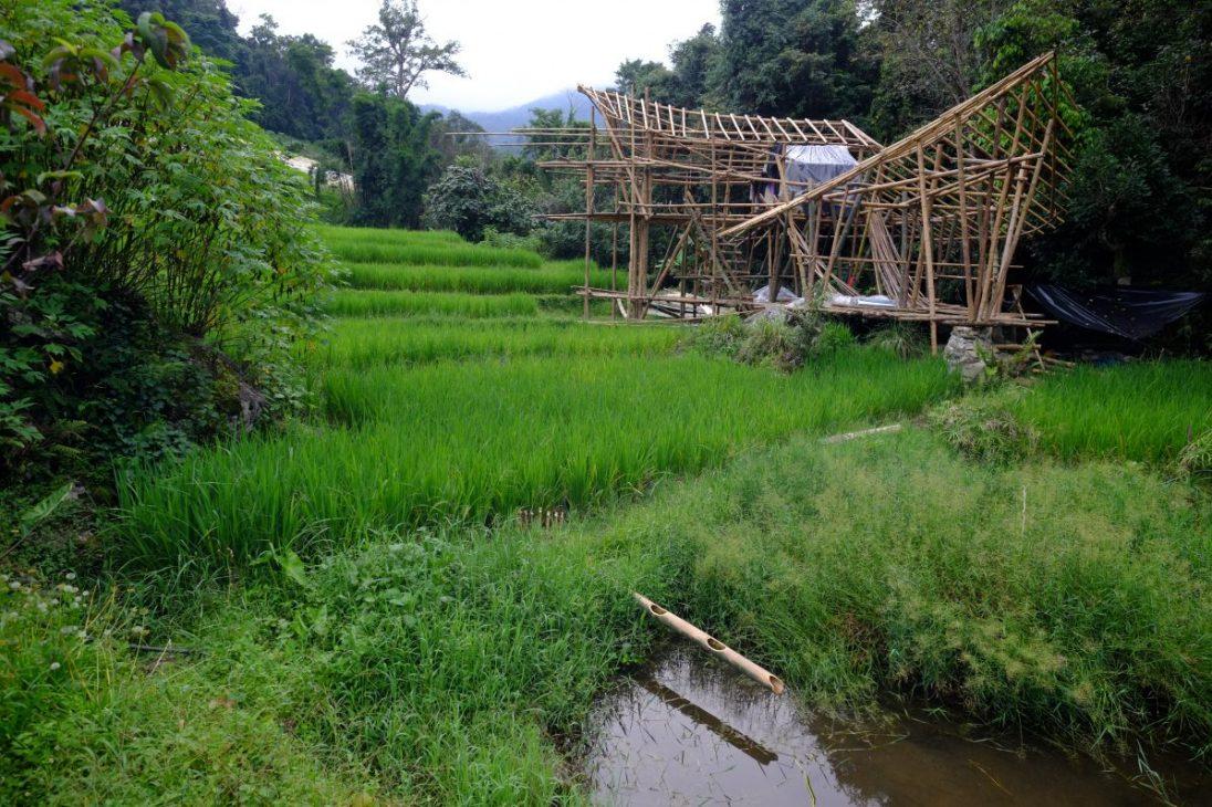 La construction d'une hutte en bambou à Doi Inthanon