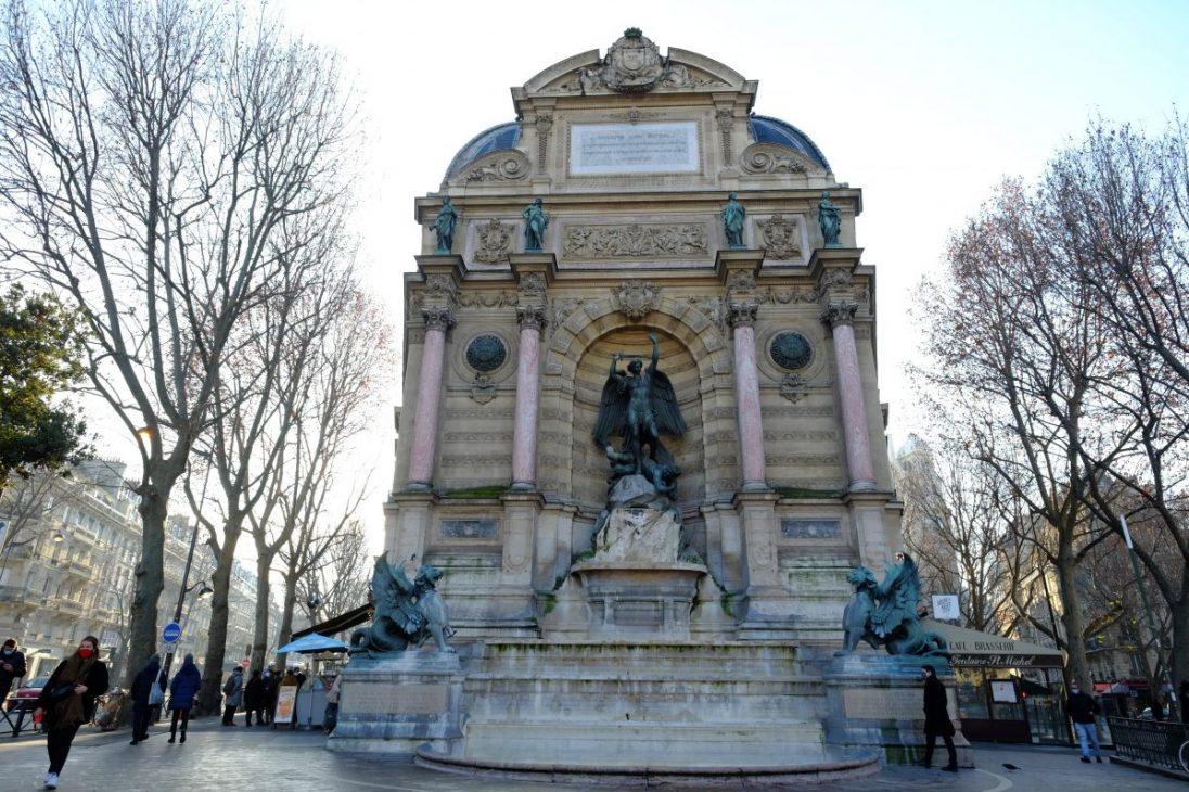 La fontaine Saint-Michel l'un des endroits les plus fréquentés du 6 ème arrondissement