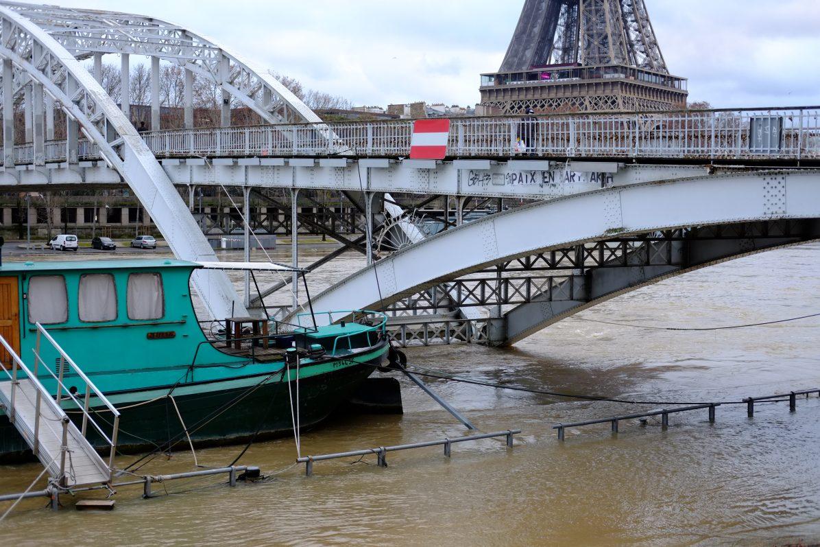 La passerelle Debilly avec la Tour Eiffel en arrière plan