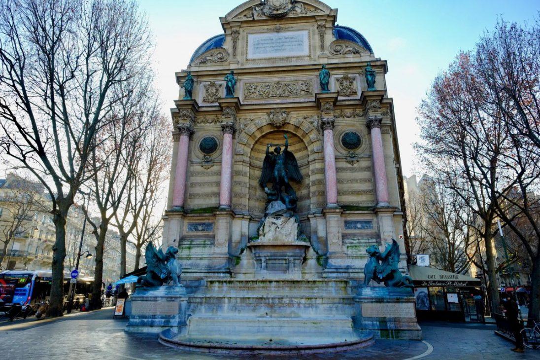 La splendide fontaine Saint-Michel, l'une des plus belles fontaines de Paris