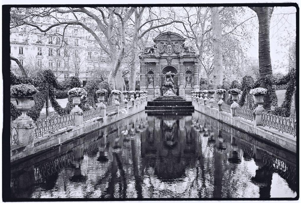 La splendide fontaine de Médicis dans le jardin du Luxembourg
