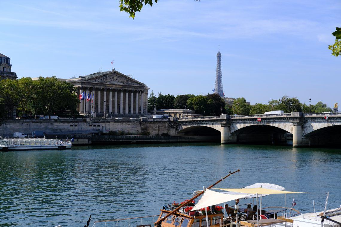 La tour Eiffel et le palais Bourbon sur le même plan que le pont de la Concorde