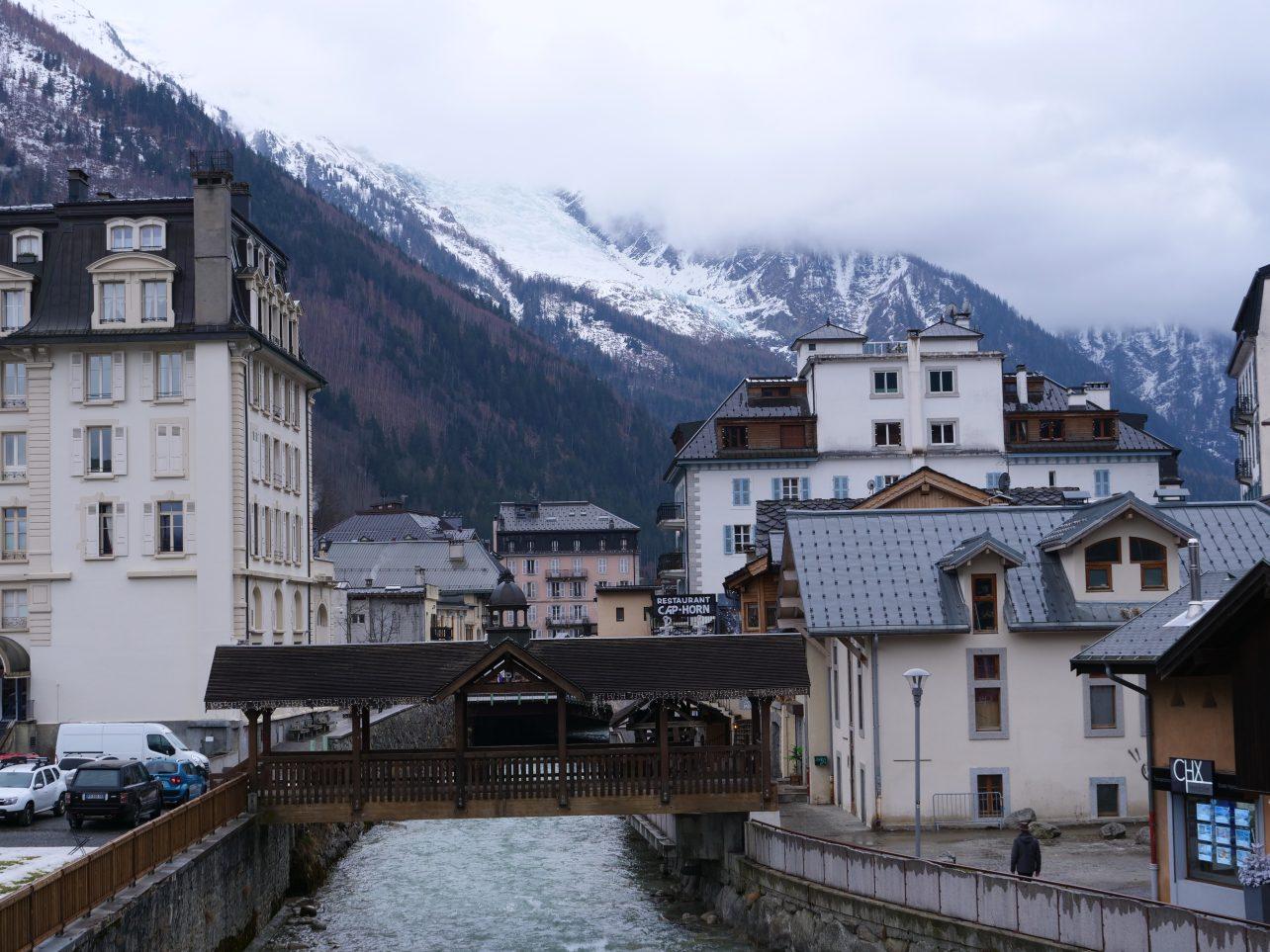 La ville de Chamonix au pied du massif du Mont-Blanc en Haute-Savoie
