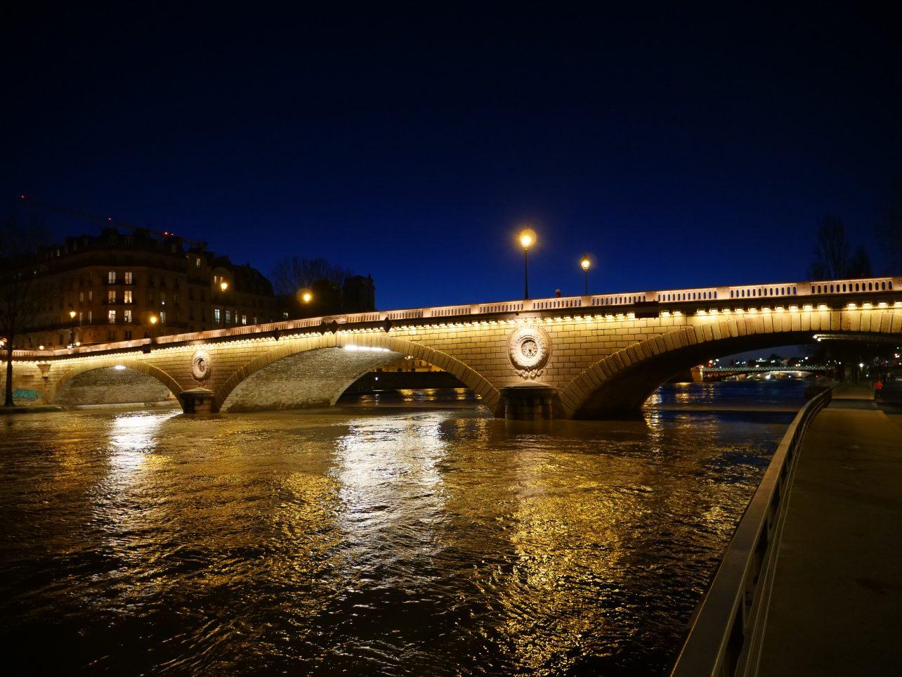 Le pont Louis-Philippe pendant la nuit