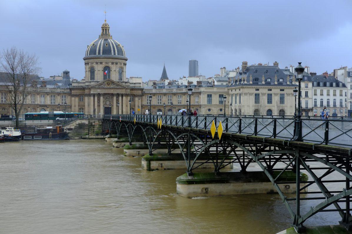 Le pont des Arts reliant les 6ème et 1er arrondissement de Paris