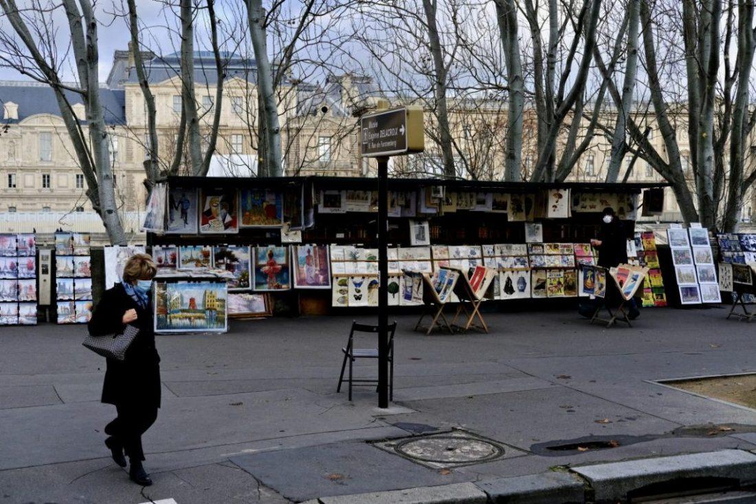 Les bouquinistes sur le quai de Conti dans le sixième arrondissement de Paris