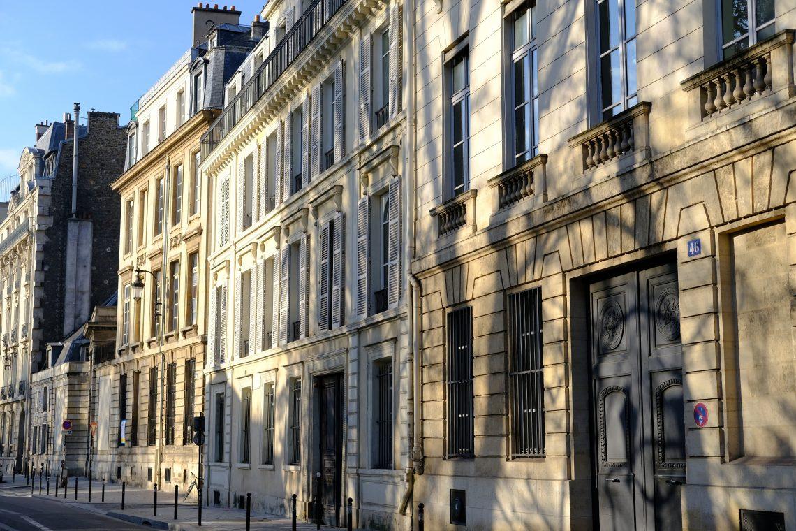Les jolies façades des immeubles le long du jardin du Luxembourg, rue de Vaugirard