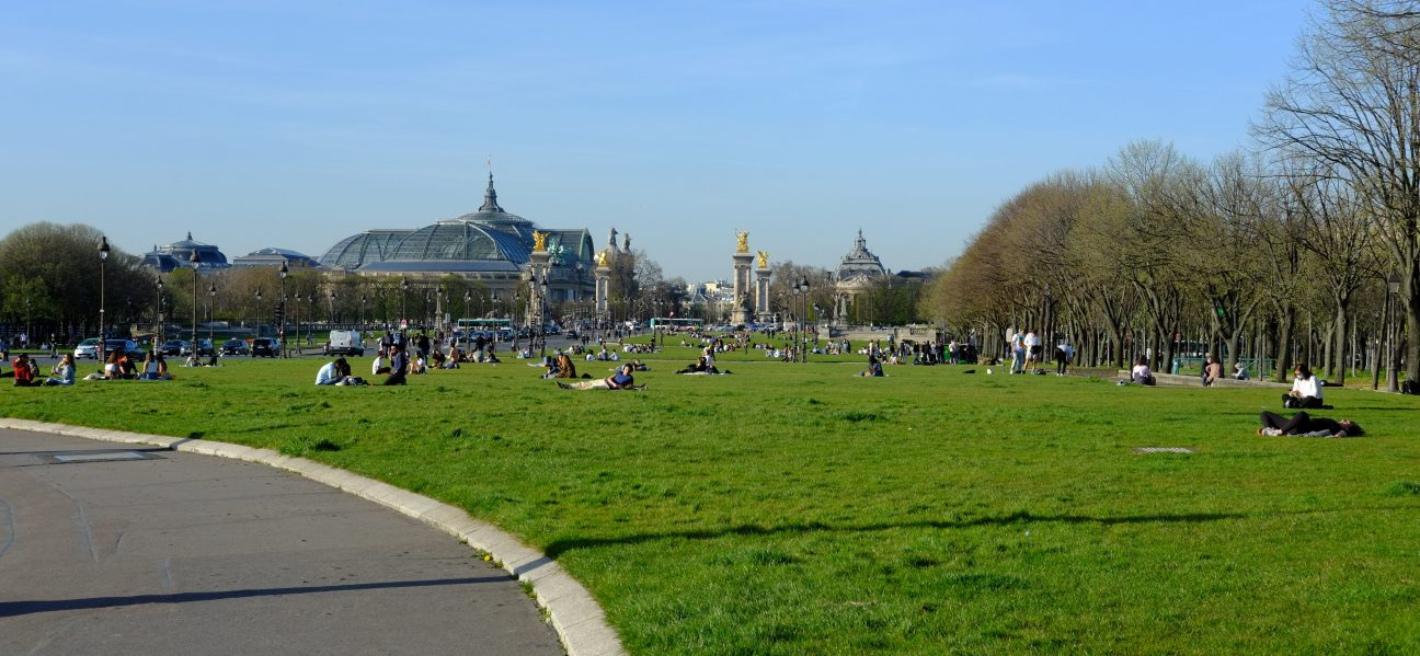 L'esplanade des invalides et le pont Alexandre III