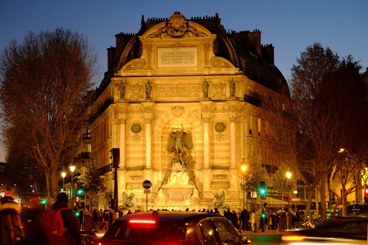 L'une des plus belles fontaines de Paris la fontaine Saint-Michel