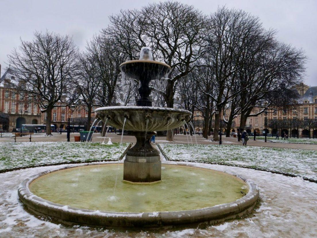 L'une des quatre fontaines de la place des Vosges