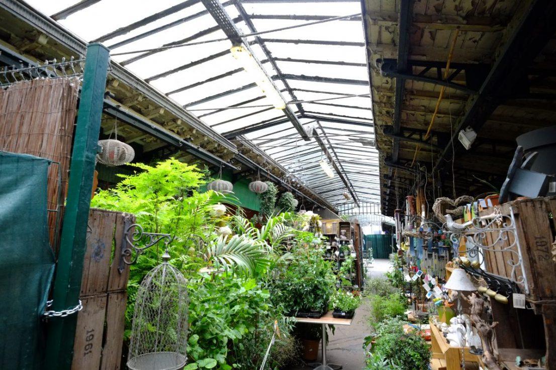 Sous les serres du marchés aux fleurs dans le 4 ème arrondissement de Paris
